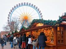 Mensen in Ferris Wheel bij Kerstmismarkt bij Stadhuis, in Berlijn, de Winter Duitsland royalty-vrije stock foto's