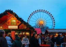 Mensen in Ferris Wheel in de Markt van Nachtkerstmis bij Stadhuis, in Berlijn, de Winter Duitsland royalty-vrije stock afbeelding