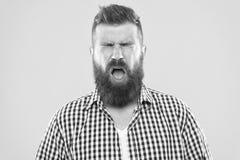 Mensen gebaarde hipster met het niezen gezicht gesloten ogen dicht omhoog gele achtergrond Het brutale hipster niezen Allergiecon royalty-vrije stock afbeelding
