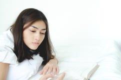 Mensen gelezen slaapboeken royalty-vrije stock fotografie