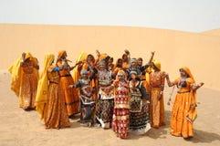 Mensen in getup bij de Woestijn Stock Afbeeldingen