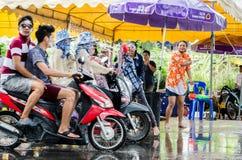 Mensen gevierd Songkran-Festival. Royalty-vrije Stock Afbeeldingen