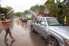 Mensen gevierd Songkran-Festival over Ko Chang, Thailand Royalty-vrije Stock Fotografie