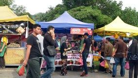 Mensen gezien het onderzoeken en het kopen voedsel rond Ramadan Bazaar stock footage
