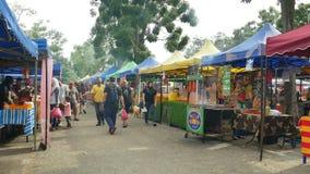 Mensen gezien het onderzoeken en het kopen voedsel rond Ramadan Bazaar stock videobeelden