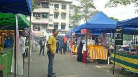 Mensen gezien het onderzoeken en het kopen voedsel rond Ramadan Bazaar stock video