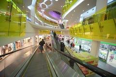 Mensen in grote supermarkt Ashan Troyka Stock Afbeeldingen