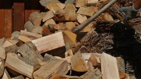 Mensen hakkend brandhout met grote bijl, camera het glijden stock videobeelden