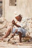 Mensen hakkend hout met bijl royalty-vrije stock afbeeldingen