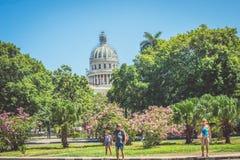 Mensen in Havana Cuba die enkel lopen royalty-vrije stock foto's