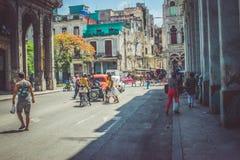Mensen in Havana Cuba die enkel lopen royalty-vrije stock afbeeldingen