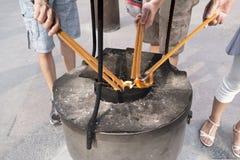 Mensen het aansteken sented lange stokken in China met grote brandtrommel royalty-vrije stock afbeelding