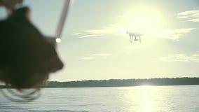 Mensen het controlerende quadcopter hommel vliegen stock video