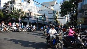 Mensen het duiken auto en berijdende motorfiets stock video