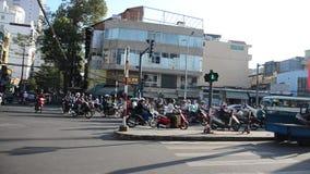 Mensen het duiken auto en berijdende motorfiets stock footage