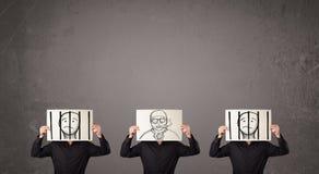 Mensen in het formele gesturing met karton voor hun hoofd Stock Afbeelding