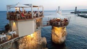 Mensen in het genieten van de van mening in Le Plongeoir, Nice, Frankrijk stock videobeelden