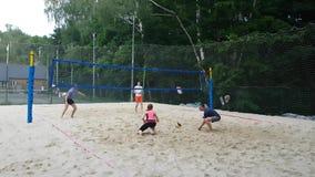 Mensen in het hof van het strandvolleyball stock videobeelden