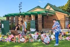 Mensen het leggen bloeit bij een moskee in Tauranga, Nieuw Zeeland, na aanval op Moslimgemeenschap stock foto's