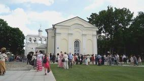 Mensen het Lopen De klokketoren van Orthodoxe Kathedraal stock video