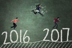 Mensen het lopen en concurreert tegen 2017 Stock Afbeeldingen