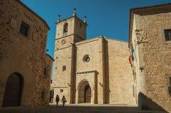 Mensen in het midden van gebouwen en Santa Maria Cathedral die in Caceres lopen stock afbeelding