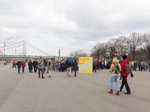 Mensen in het park op de dag van de Grote Pannekoek Stock Afbeelding