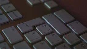 Mensen het raken gaat sleutel op toetsenbord in stock video