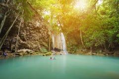 Mensen het reizen en bad in Erawan-waterval, Thailand Royalty-vrije Stock Foto's