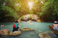 Mensen het reizen en bad in Erawan-waterval, Thailand Royalty-vrije Stock Foto