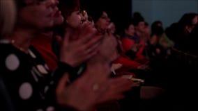 Mensen in het theater of in bioskoopauditorium die perfomers toejuichen stock video
