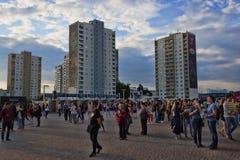 Mensen in het vierkant bij het Metallist-stadion in Kharkov en  Royalty-vrije Stock Afbeeldingen