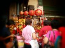 Mensen het winkelen Chinese gelukkige charme bij chinatown Thailand Stock Foto's