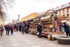 Mensen het winkelen herinneringswinkel aan straat bijna kant van de Morserij royalty-vrije stock fotografie