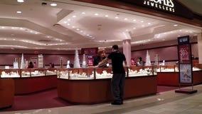 Mensen het winkelen juwelen binnen de opslag van Mensenjuwelen stock video