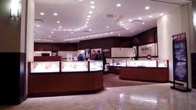Mensen het winkelen juwelen binnen Mensenopslag stock video