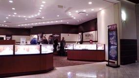 Mensen het winkelen juwelen binnen Mensenopslag stock footage