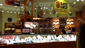 Mensen het winkelen juwelen op verkoop drie slechts dagen stock footage