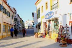 Mensen het winkelen straatarchitectuur, Vila Nova de Milfontes, Portugal Royalty-vrije Stock Afbeelding