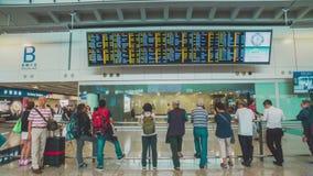 Mensen in Hong Kong International-luchthaven stock footage