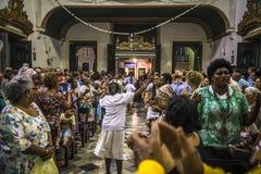 Mensen in kerk het vieren, Salvador, Bahia, Brazilië royalty-vrije stock fotografie