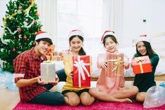 Mensen in Kerstmispartij Stock Fotografie