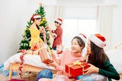 Mensen in Kerstmispartij Royalty-vrije Stock Afbeelding