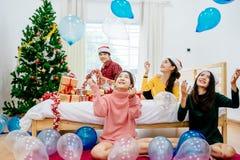 Mensen in Kerstmispartij Stock Afbeeldingen