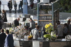 Mensen in koffie de Walkie-talkie die op 20 Fenchurch Straat voortbouwen Royalty-vrije Stock Afbeelding