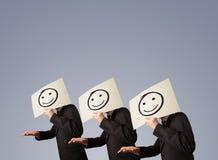 Mensen in kostuum het gesturing met geschetste smileygezichten op karton vector illustratie