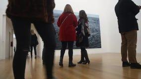 Mensen in kunstgalerie stock footage