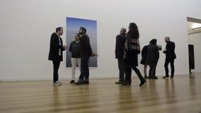 Mensen in kunstgalerie stock videobeelden