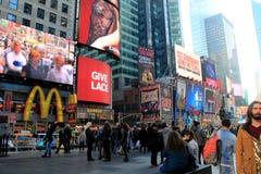 Mensen langs de straat, met heldere en kleurrijke markttenten, Times Square, NYC 2015 worden gegroepeerd die Royalty-vrije Stock Fotografie