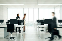 Mensen in licht coworking bureau Royalty-vrije Stock Foto